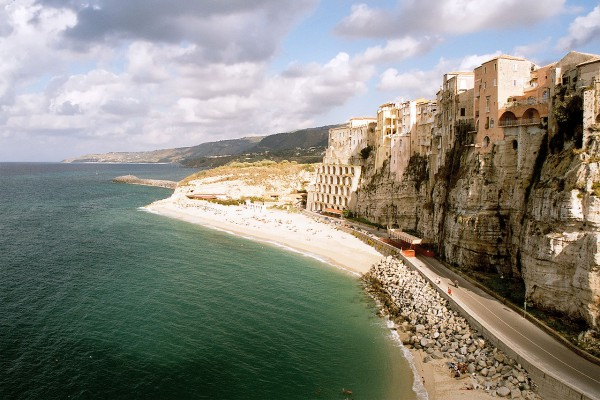 Cliff at Tropea (credits: Wikimedia - Blueshade)