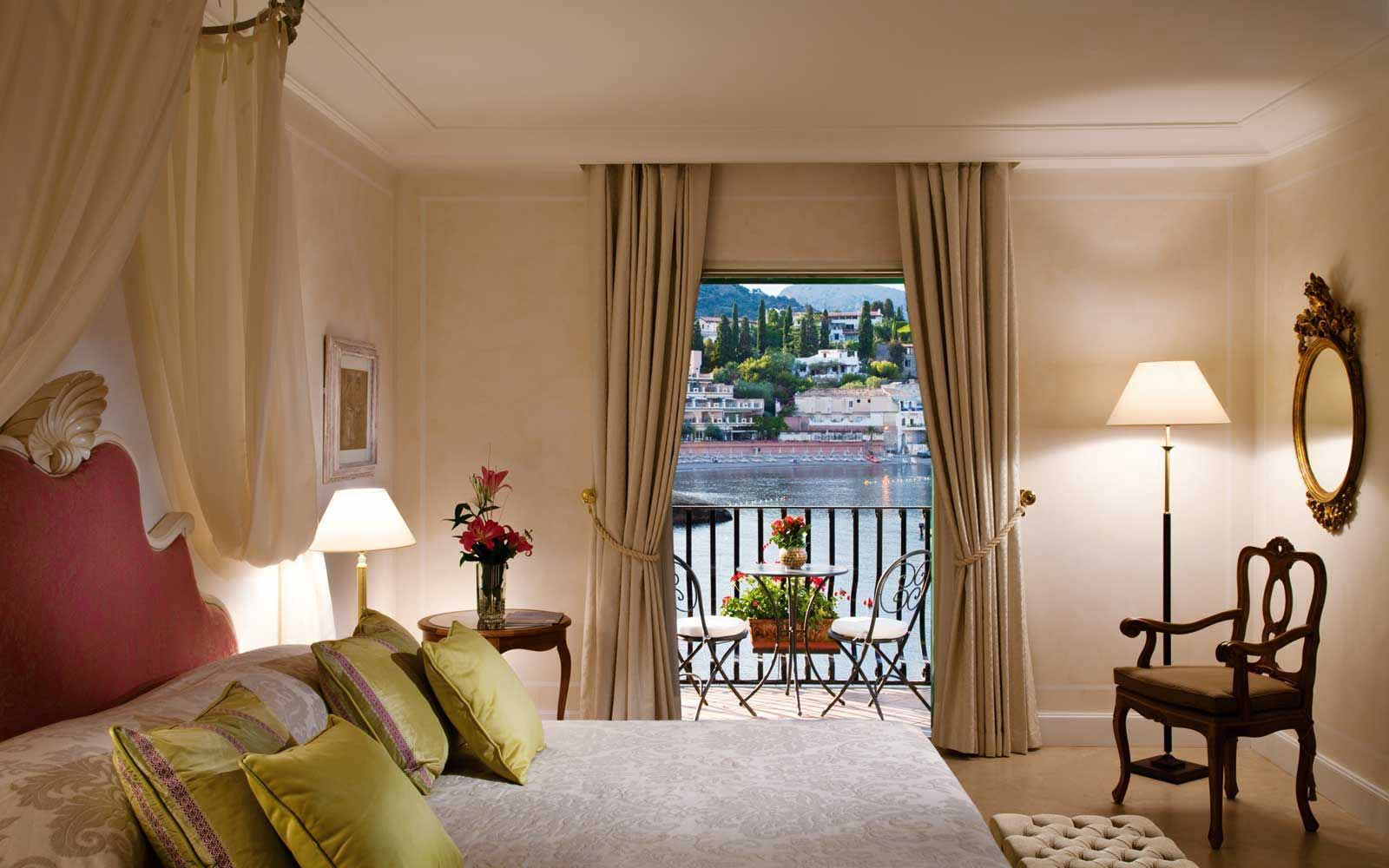 Deluxe Suite with balcony and seaview at Belmond Villa Sant' Andrea