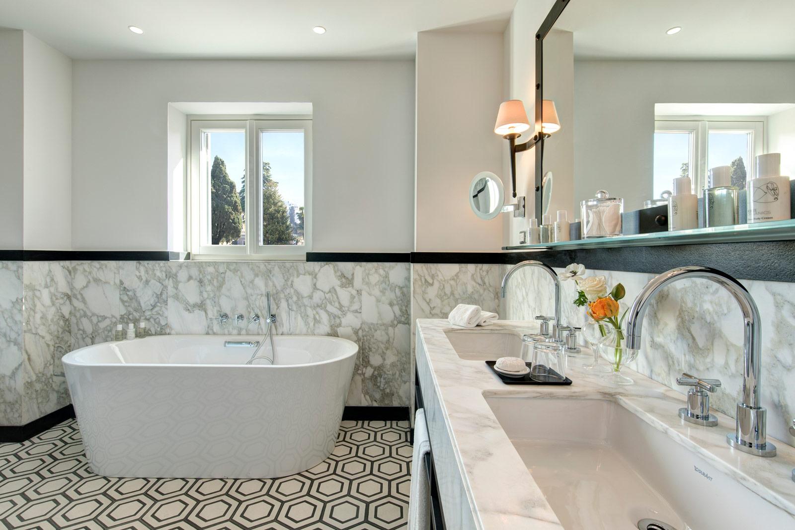 Hotel del la Ville Junior Suite Bathroom